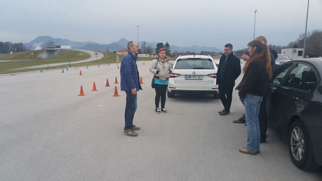 Študentje programa Varovanje na treningu varne vožnje pri predmetu Specialistična vožnja